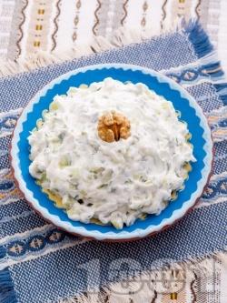 Домашна салата Снежанка / Дзадзики / Сух таратор с цедено кисело мляко, пресни краставици и копър - снимка на рецептата